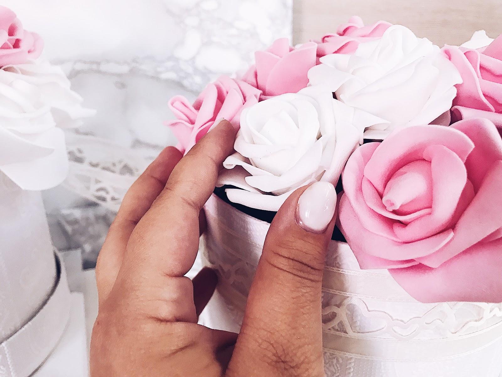 Ihr kennt bestimmt die Flowerboxen, die seit ein paar Jahren bei den Youtubern und Bloggern im Fokus stehen, oder? Leider sind sie meistens sehr teuer! Ich habe heute auf meinem Blog www.moreaboutdanie.at ein tolles DIY wie ihr eure ganz persönliche Fowerbox selbst basteln und gestalten könnt. Eine Anleitung inklusive Einkaufsliste zu euer Flowerbox findest du ab sofort auf meinem Blog! Viel Spaß beim ausprobieren!