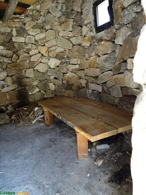 Interior del Chozo de las Llanaíllas