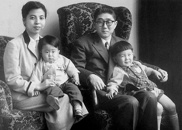 30 Pictures Of World Leaders In Their Youth That Will Leave You Speechless - A Young Shinzo Abe, Japan's Prime Minister (bottom Left) Pictured With His Family In 1956