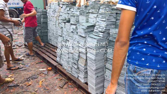 Lô đá xanh 15x15 cm được xuống hàng tại kho Tăng Bình Dương trước khi được vận chuyển tới công trình khách hàng.