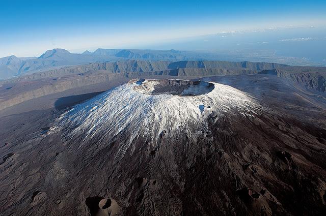 Vue aérienne Piton de la Fournaise enneigé , c'est un endroit prisé par les randonneurs .