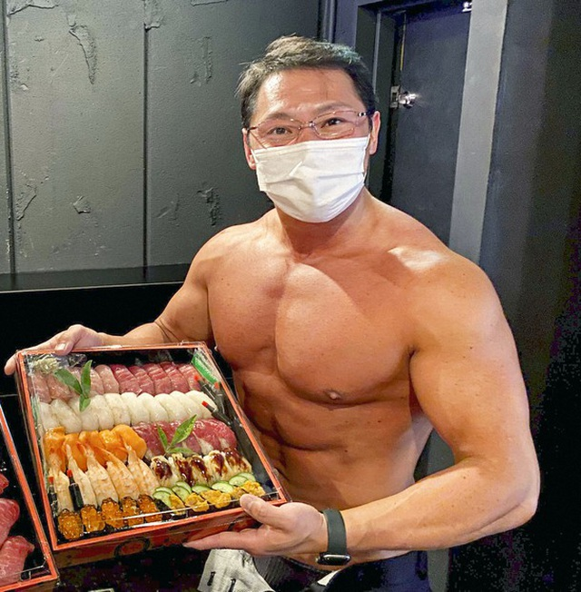 """Restaurant in Japan hires a group of muscular """"6 packs"""" boys for delivery"""