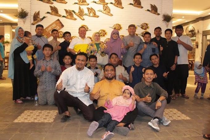 Para Santri dan Guru Syukuran Makan Bersama di RM Kampoeng Pesisir