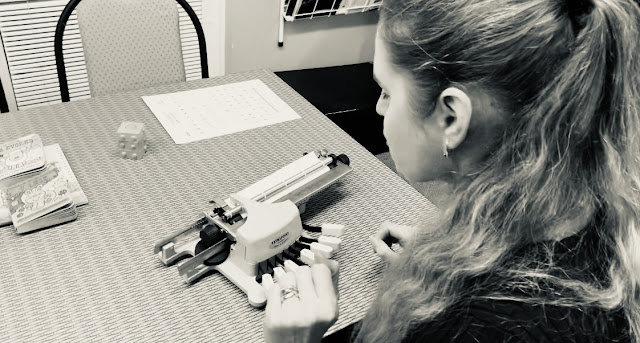 Linda píše na Pichtově psacím stroji