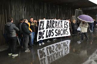Protesta de socios en Lasesarre contra la directiva del Barakaldo CF