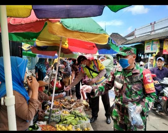 Pengelola Pasar Singosari Membagikan Masker Dan Sabun Cuci Tangan Gratis