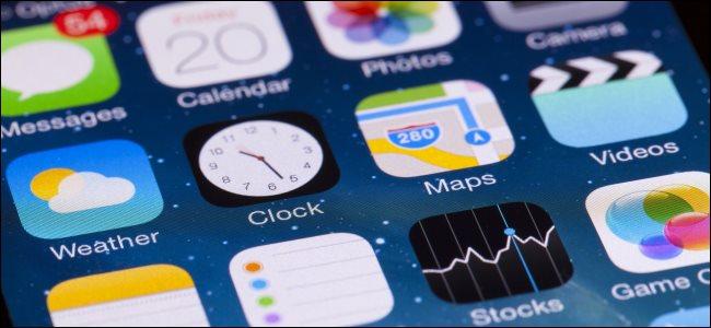 تطبيقات iOS الافتراضية على شاشة iPhone الرئيسية.