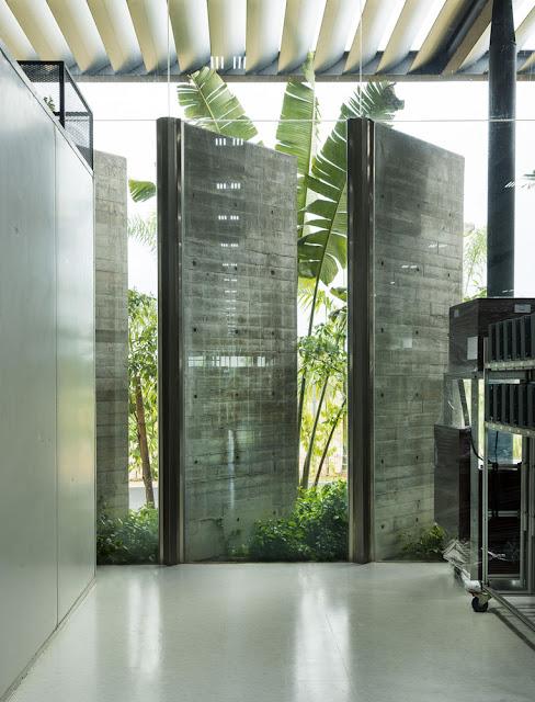 paneles de concreto interior permiten el paso de la luz