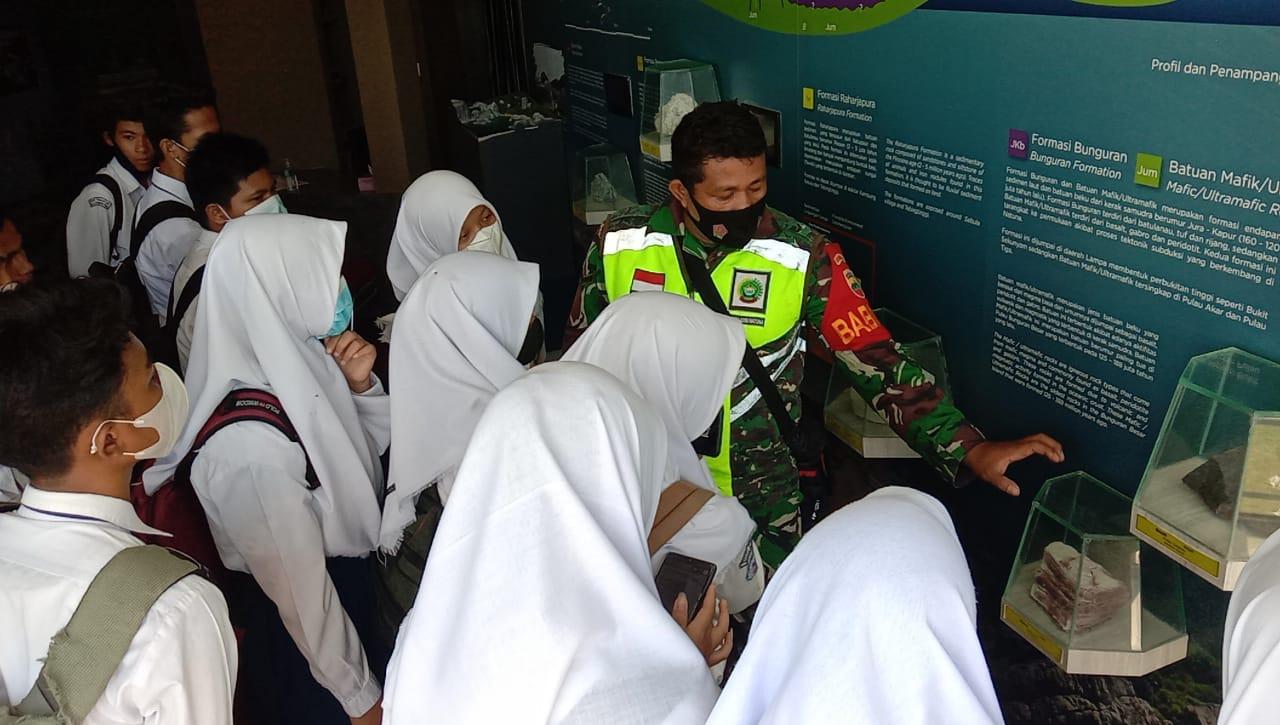 Babinsa Kelurahan Ranai Kota Sosialisasikan Geopark Natuna Kepada Siswa/i SMP Negeri I Bunguran Timur