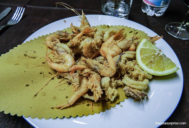 frittura de lulas e camarões da Pescheria Acquasalata, Testaccio, Roma