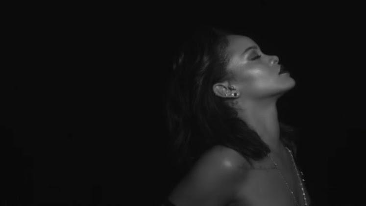 """Rihanna não para de sensualizar: depois de """"Work"""", ela está só de lingerie no novo clipe, """"Kiss It Better""""."""