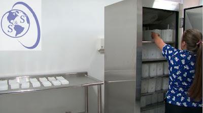 preparacion ice packs 600 mL congeladora cadena frio mesa acero para termos de 2,6 litros