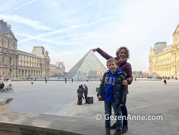 Paris gezilecek yerler, Louvre Müzesi ve Piramit
