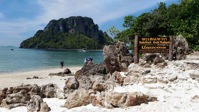 ทะเลแหวก – หมู่เกาะปอด ตั้งอยู่ในเขตอุทยานแห่งชาติหาดนพรัตน์ธารา-หมู่เกาะพีพี เป็นแหล่งท่องเที่ยวทางธรรมชาติของ จังหวัดกระบี่ ที่ถูกขนานนามให้เป็น Unseen Thailand มีหาดทรายที่ขาวสะอาด น้ำทะเลใสจนสามารถมองเห็นพื้นทรายใต้น้ำ เมื่อเวลาน้ำลดจนเป็นทะเลแหวก สามารถเดินบนพื้นทรายไปยังเกาะ เกาะไก่ เกาะหม้อ เกาะทับ ได้ ซึ่งทั้งสามเกาะนี้เป็น 3 เกาะเด่นที่อยู่ใน หมู่เกาะปอดะ ซึ่งตั้งอยู่ใกล้ๆกัน ซึ่งแต่ละเกาะก็มีจุดเด่นที่ต่างกันกันออกไป