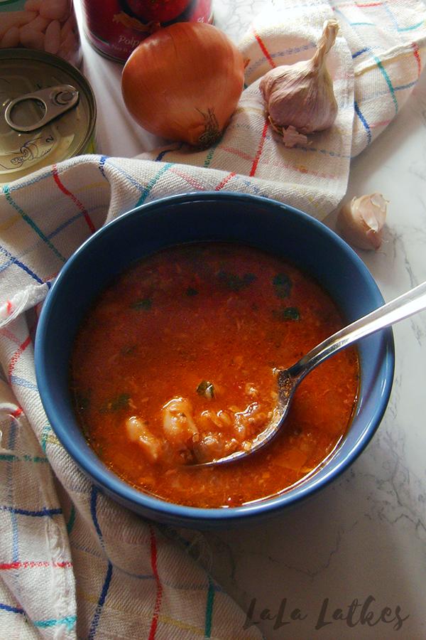 Томатный суп с фасолью и тунцом