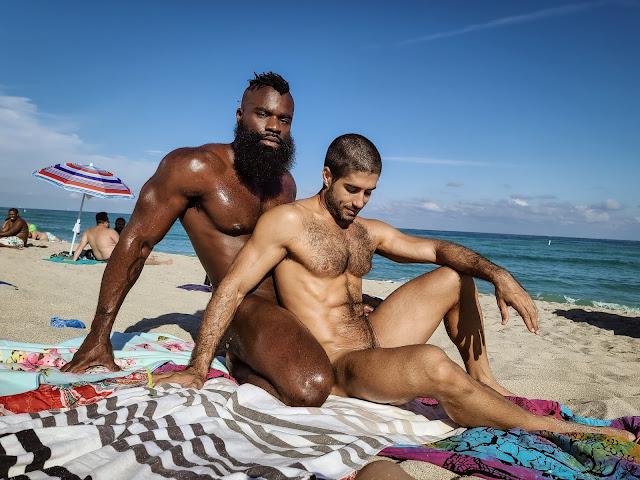 negro desnudo en la playa y peludo