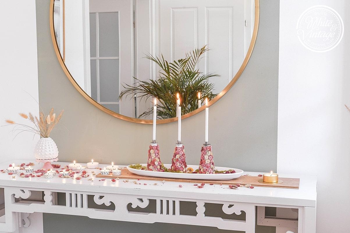 Kerzenhalter aus Flaschen und Blumen basteln.