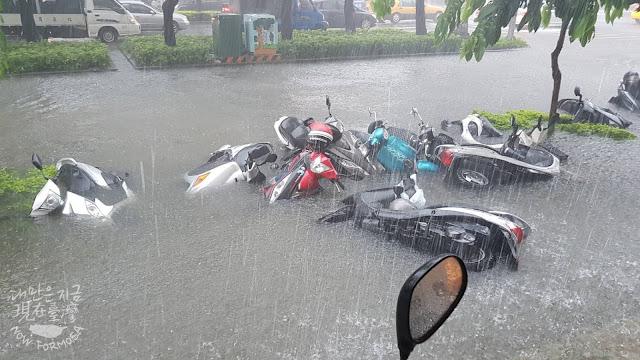 가오슝(高雄) 民族路六合路口에 쏟아지는 폭우 [대만인 우리핑(吳麗萍) 제공]