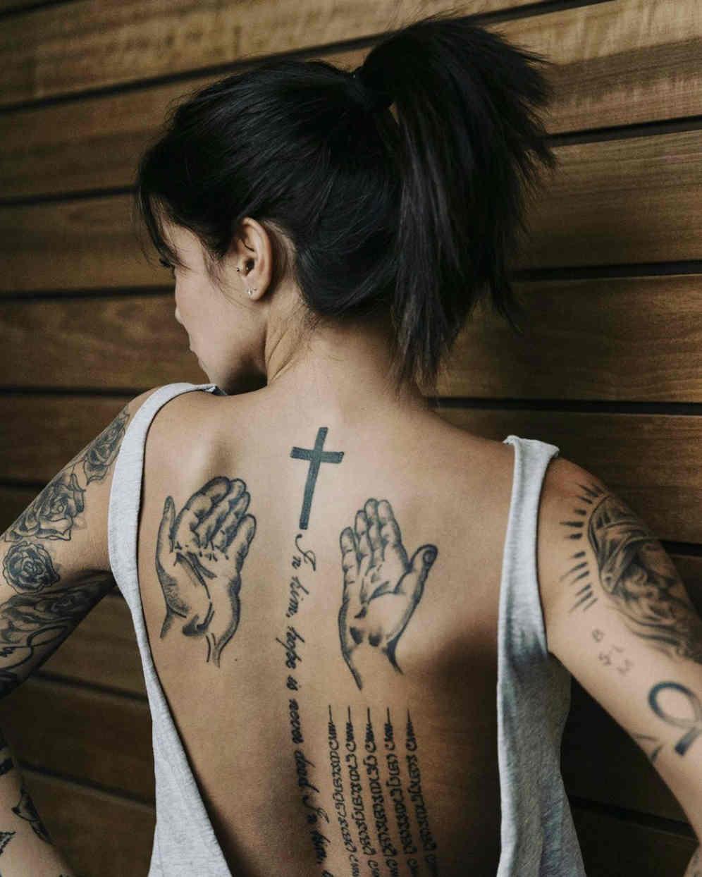 Marlen Valderrama-Alvaréz de espaldas mostrando su tatuaje religioso