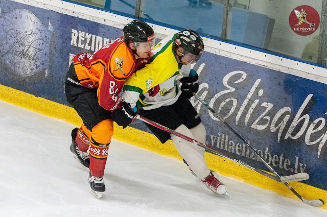 Hokejistu cīņā par ripas kontroli