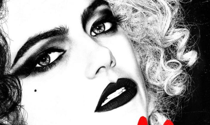 Imagem de capa: imagem em preto e branco de Emma Stone como Cruella De Vil, magra e branca, com sombra preta sobre os olhos, batom preto e cabelos divididos em brancos e pretos, o fundo preto e pequenas pontas vermelhas em alguns cantos.