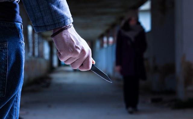 Kést nyomtak a bulizó fiatal torkához, úgy rabolták ki