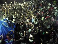 [Breaking News] Polisi Bentrok Dengan Ahokers Saat Aksi Penuh Damai di Pengadilan