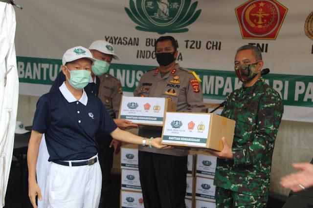 POLDA LAMPUNG terima langsung  bantuan sembako untuk masyarakat dari Yayasan Budha Tzu Chi