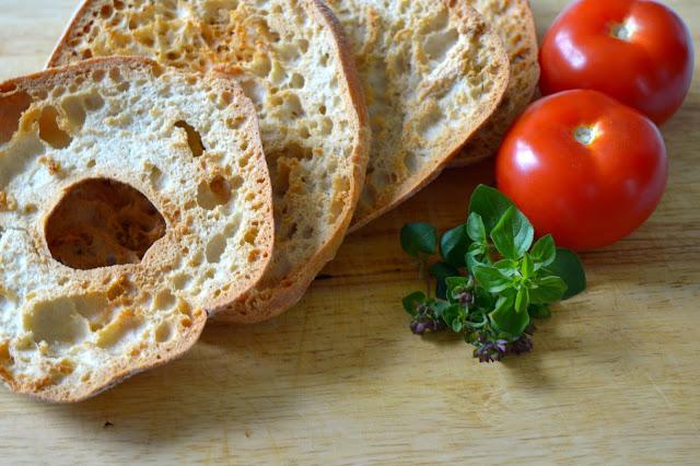 friselle, frisella, tomaatti, yrtti, leipä