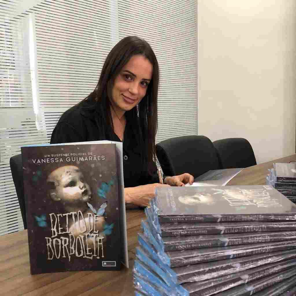 """""""Beijo de Borboleta"""", livro de Vanessa Guimarães, foi finalista em Melhor Thriller e Policial da 2ª edição do Prêmio Ecos da Literatura, premiação literária voltada para autores nacionais. O resultado foi anunciado neste último final de semana e a bancada anunciará o vencedor no dia 20 de março."""