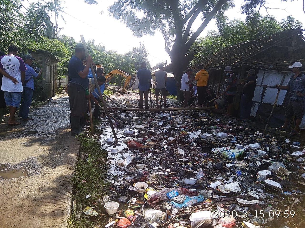 Kades Lemo Bersama Warga Lemo Bersihkan Sampah Dipintu Air 13