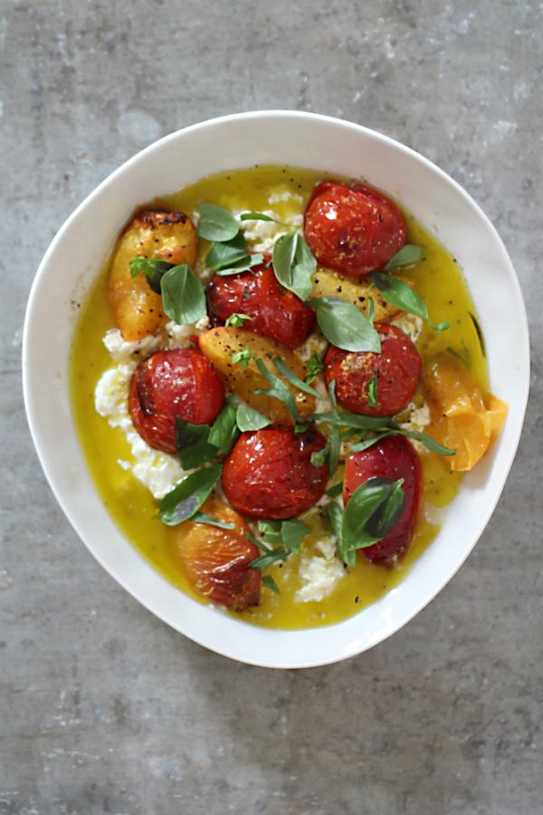 """Ein tolles und einfaches Rezept für den Sommer (#gutbeihitze), inspiriert von meinem Blogbuster """"Heiße Tomaten auf kaltem Joghurt aus Ottolenghis Kochbuch 'Simple'"""" #arthurstochter #foodblogger #rezepte #ottolenghi #orientalisch #vegetarisch #sommerrezepte #beilage #grillen #kräuterküche #israelische_rezepte #simple #käse #mozzarella #joghurt #vorspeisen"""