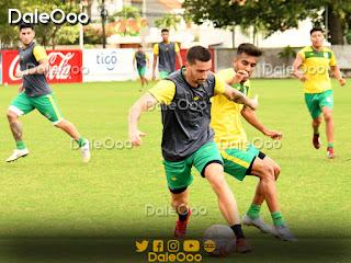 Pablo Ruiz y Carlos Añez disputan un balón en el entrenamiento de Oriente Petrolero en San Antonio bajo la mirada de Nicolás Franco y Alexis Ribera - DaleOoo