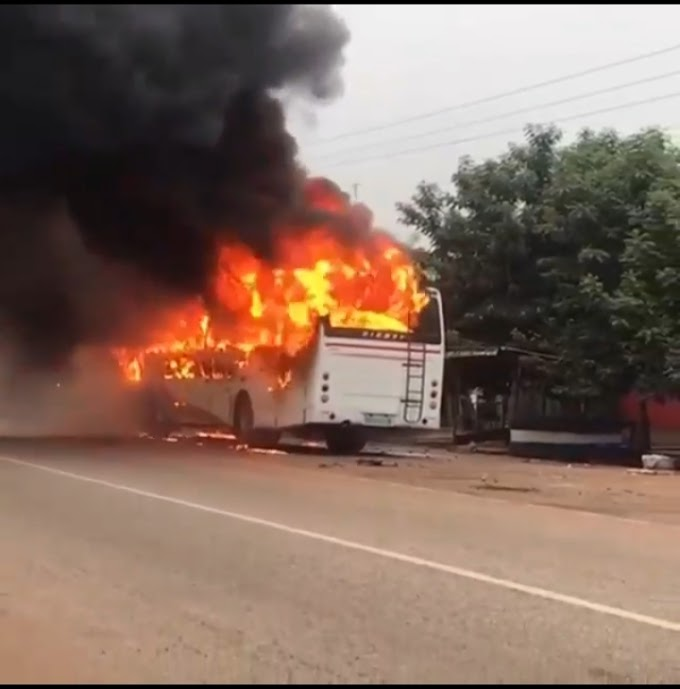 Fire Engulfs Bus Conveying Level 300 Students From University Of Energy And Natural Resources To KNUST (Video)
