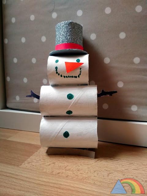 Muñeco de nieve hecho con rollos de cartón de papel higiénico