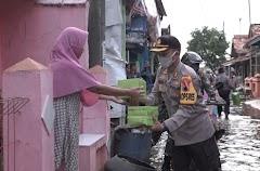 Forkopimda Batang Bagikan Makanan Berbuka Puasa Bagi Warga Terdampak Banjir Rob