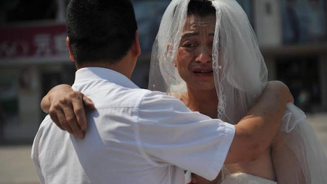 Мужчина каждый день выходит на улицу в свадебном платье, чтобы спасти свою дочь
