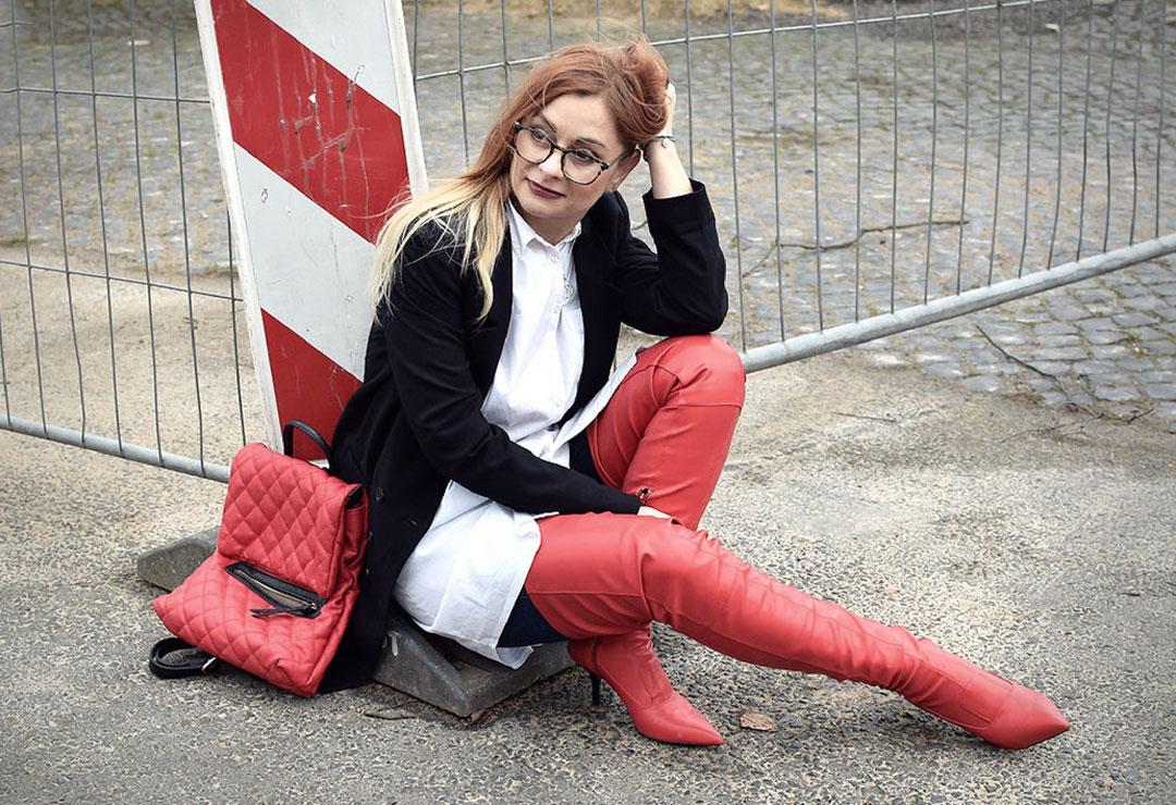 Rote Overknees zu einem Blazer und einer weißen Bluse tragen