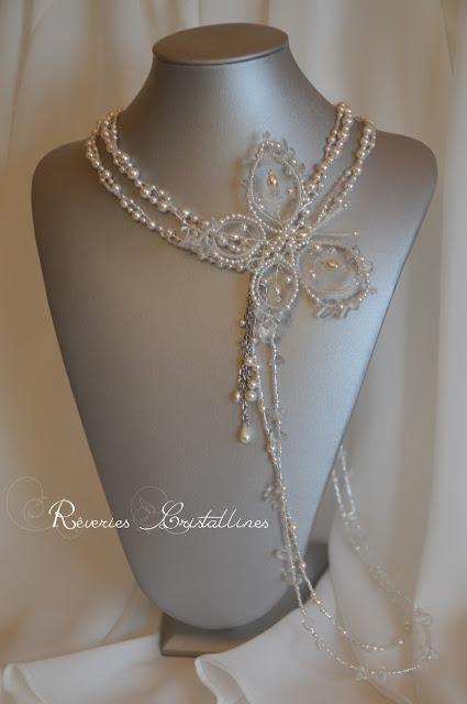 cascade de perles sur épaule