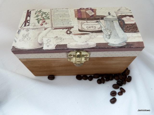 pudełko ozdobione serwetką z motywem kawy