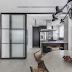 Cozinha com estilo industrial integrada a sala por porta de correr de ferro e vidro canelado!