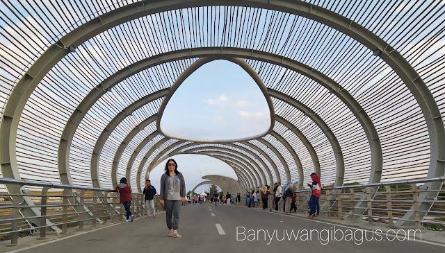 Jembatan lintas di Pantai Boom Marina Banyuwangi.