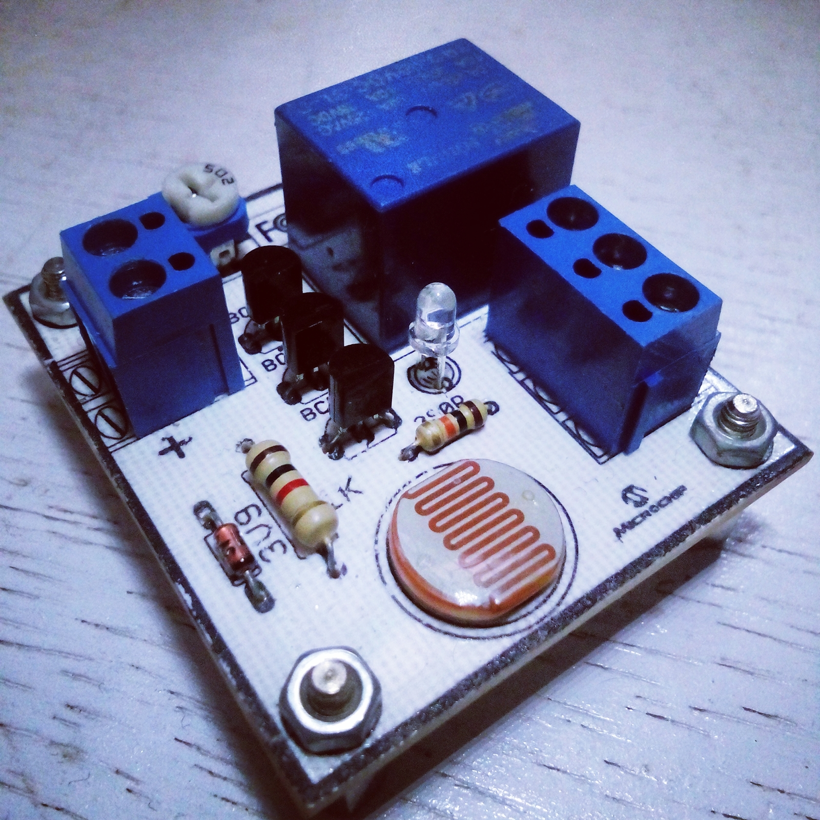 Rangkaian saklar lampu otomatis menggunakan sensor ldr