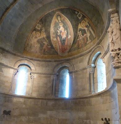 ROMÁNICO EN NUEVA YORK. THE CLOISTERS MET. La Virgen y el Niño en majestad y la adoración de los magos. Vista lateral ábside