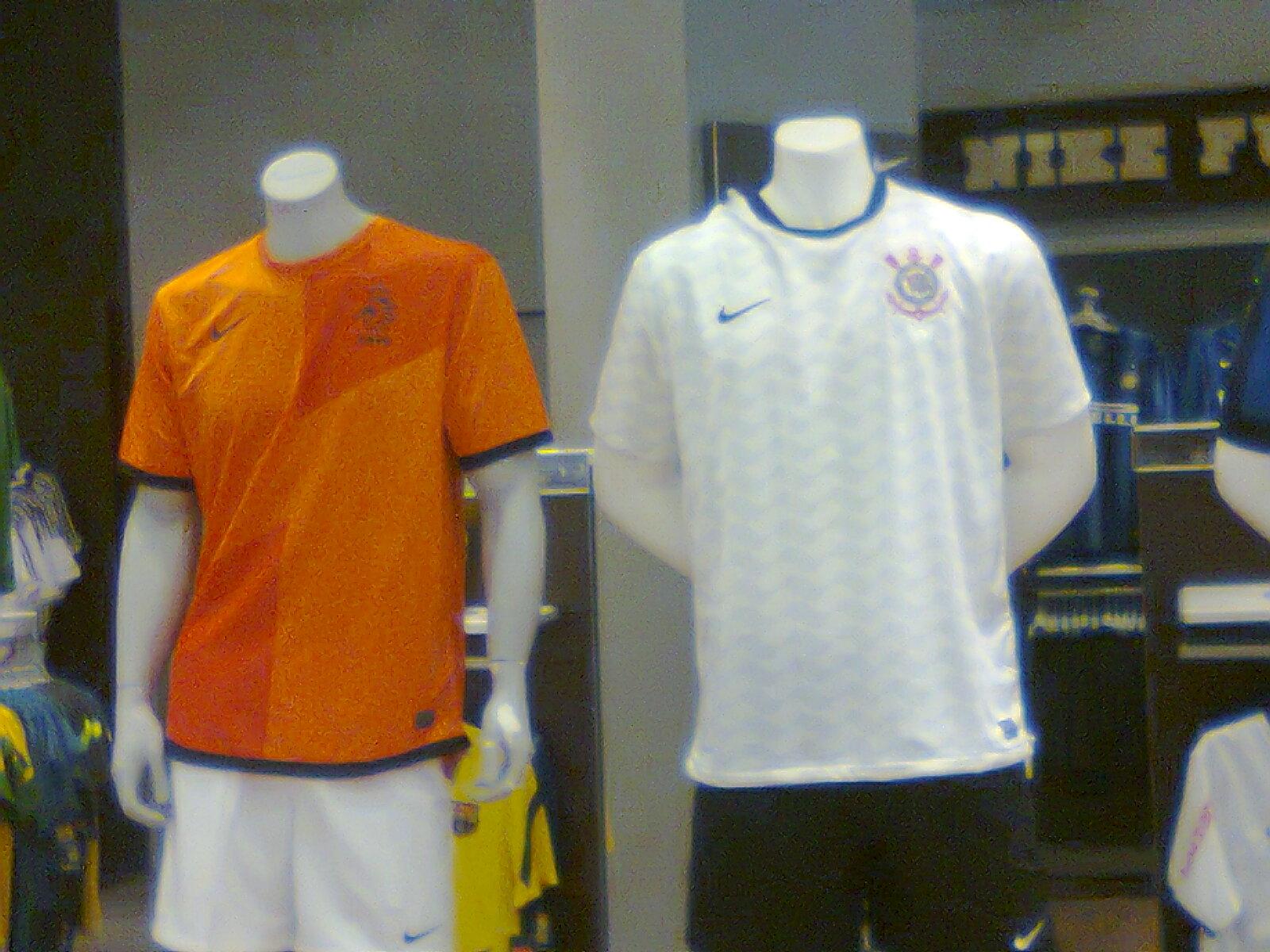 A seleção marroquina de futebol trocou a Puma pela Adidas. A nova camisa  tem a cor vermelha parecida com o vinho fe7196434e972