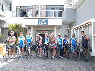 宿の前で自転車とメンバーの集合写真
