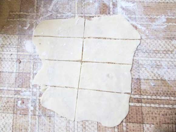 Теперь разрежьте тесто на тонкие вертикальные полоски сантиметров по пять шириной и еще раз разрежьте пополам, чтобы получились небольшие прямоугольники.