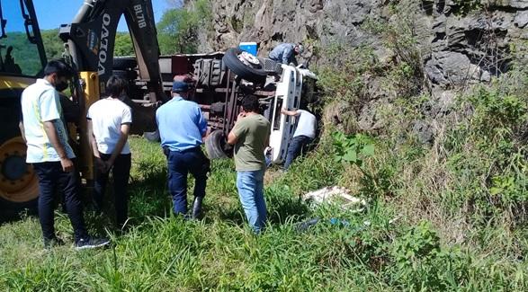 Volcó un camión en El Totoral y el conductor quedó atrapado en la cabina