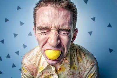 مرارة الفم على ماذا تدل؟ إكتشف الأسباب وطرق العلاج
