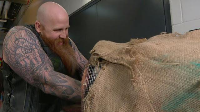 Erick Rowan revela o que há dentro de sua gaiola no RAW